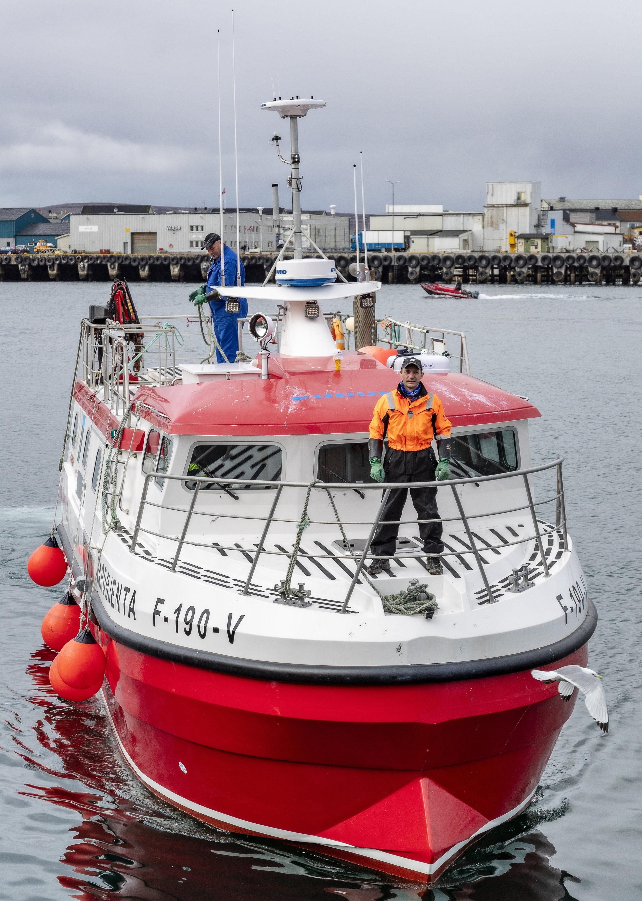 SPEEDSJARK: Båten er overbygd med varmeventiler som blåser inn luft på dekk. En ettertraktet båt å være mannskap på. Denne dagen er Halgrim Knutsen og Tonny Nilsen med.