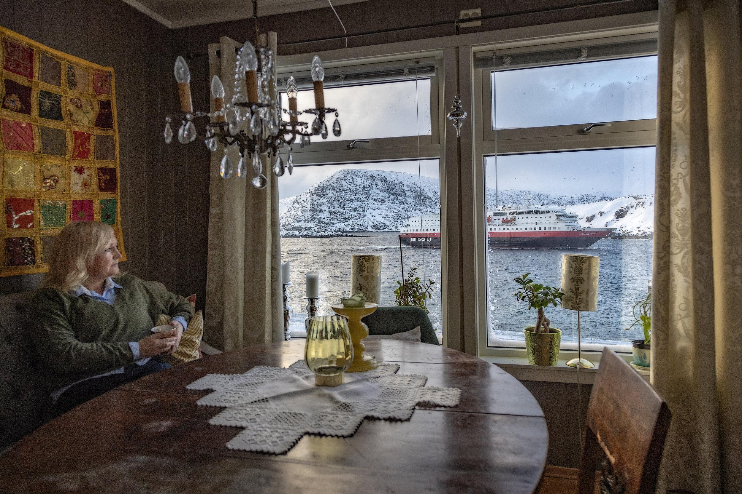 Rykende fersk morgenkaffe i koppen. Anne Giæver kikker bort på bommen. Er den nede, må hjemmebesøk avlyses. Da er også ambulansetransport til Hammerfest uaktuelt. For her er det improvisering som gjelder, ikke innlærte sykepleie-prosedyrer.