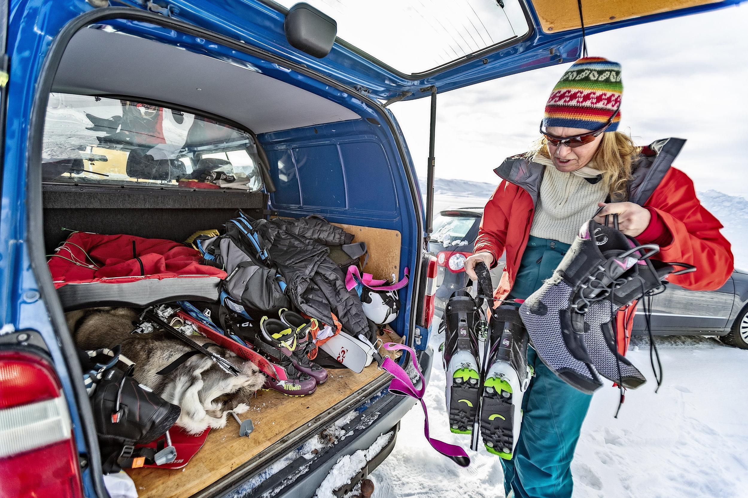 Frøydis Sjøvold laster inn bilen etter frokosten i Kongsfjord.