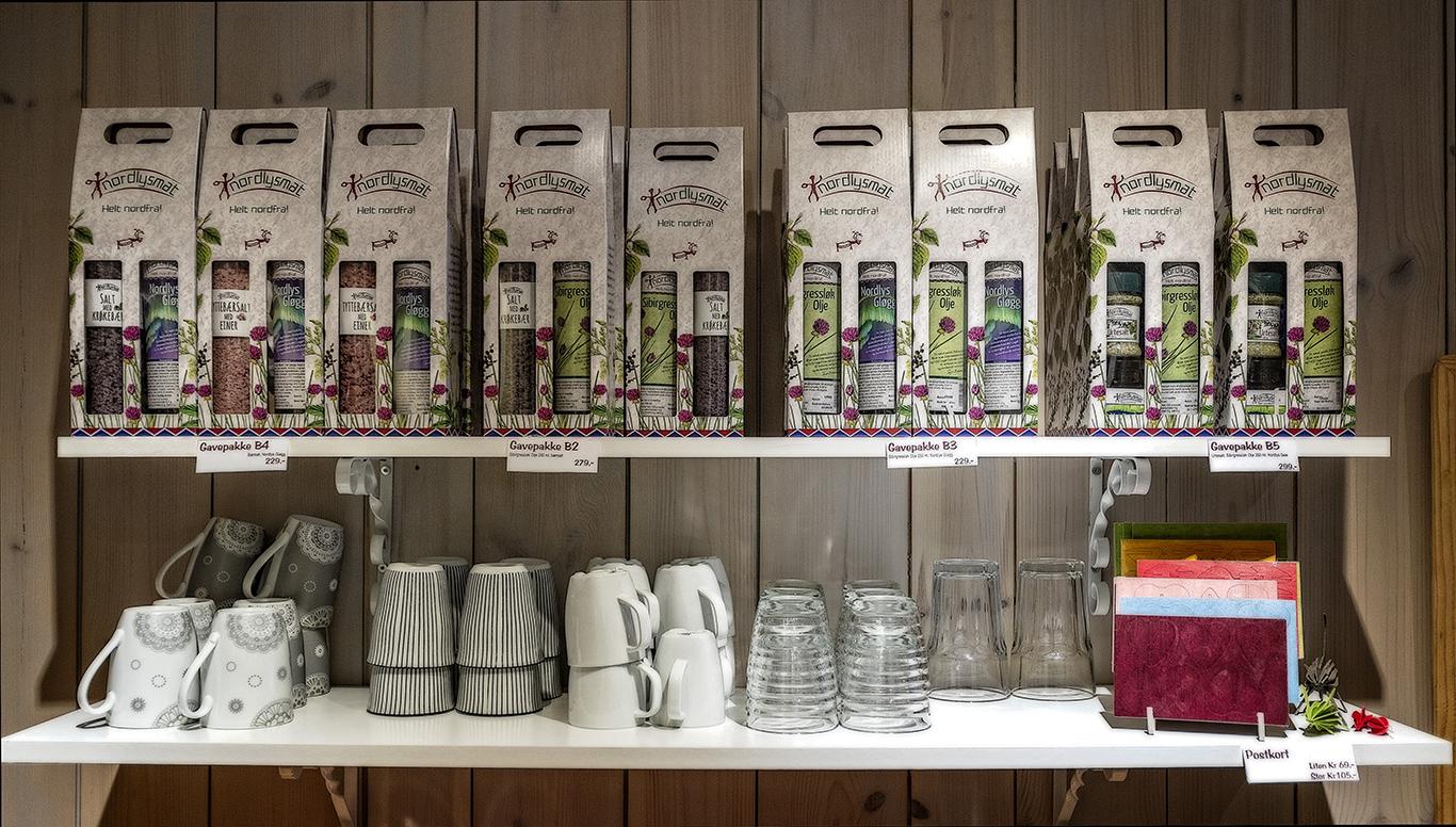 KAFÉ: Utmarksgården har også en liten kafé. Der selger Nordlysmat både egne og andre småprodusenters varer. Jo flere lokale produkter, jo bedre er tanken.