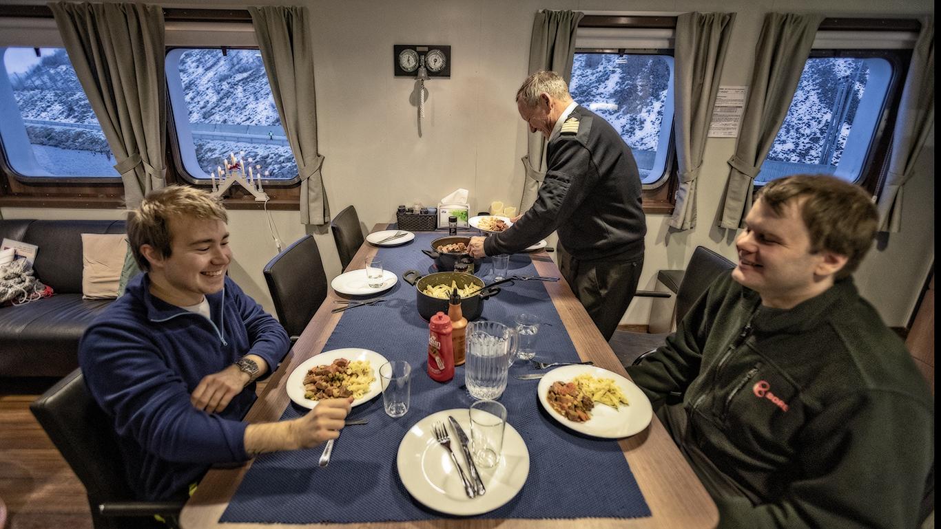 - Vi fem ansatte skal egentlig dele på messeoppgavene, men vi setter stor pris på at Bente Monica lager mat og tar seg av alt av innkjøp, sier skipper Yngve Guttormsen. Styrmann Henrik Rapp og matros Kim André Alsén (til venstre) er hjertens enig.