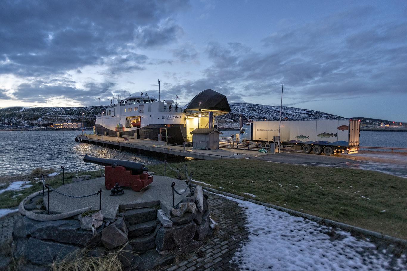 En desemberdag klokken 15.00 og et vogntog med fisk fra et av Hasviks to fiskebedrifter er på plass, og noen få personbiler. En ny tur på 1 time 20 minutter skal tilbakelegges.