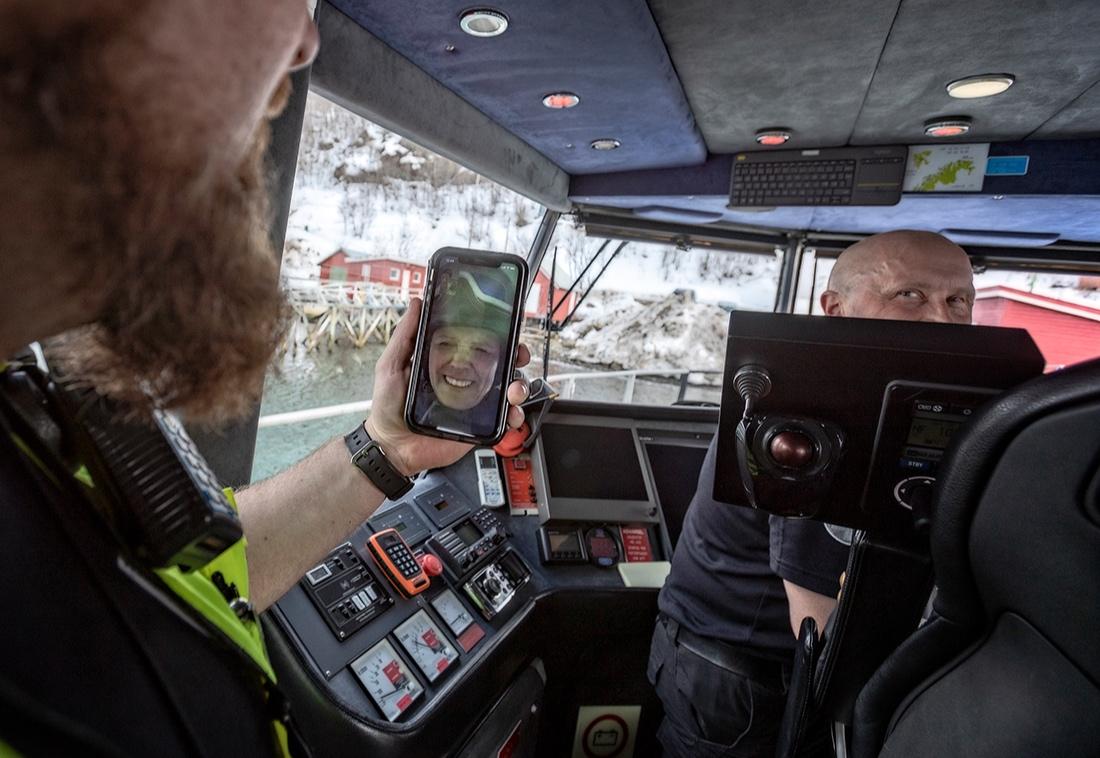 De ansatte jobber nordsjøturnus. Kim Gøran Pedersen snakker med kona (her på topptur) på mobilen i ny og ne, og bor også hjemme når de ikke er på oppdrag. Matros Hans Ulrik Bårdsen har familien hjemme i Alta, halvannen time unna.