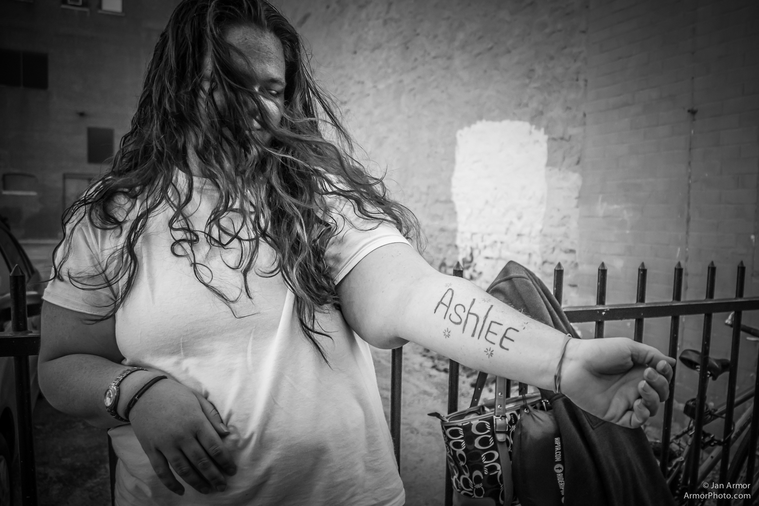 Ashlee asked me to take pictures of her so she can give themtoa friend who is in prison.