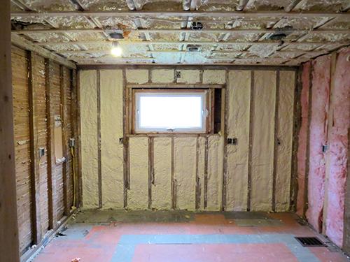 Spray insulation in the kitchen