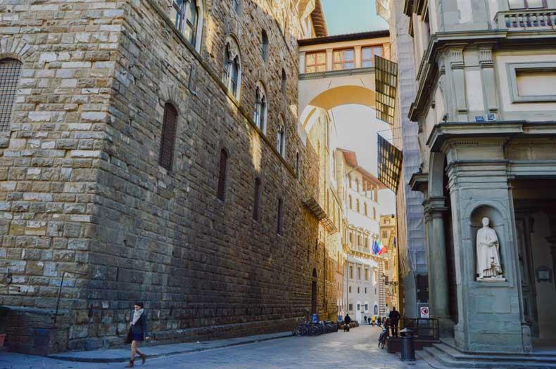 Firenze, alley between Palazzo Vecchio and Uffizi