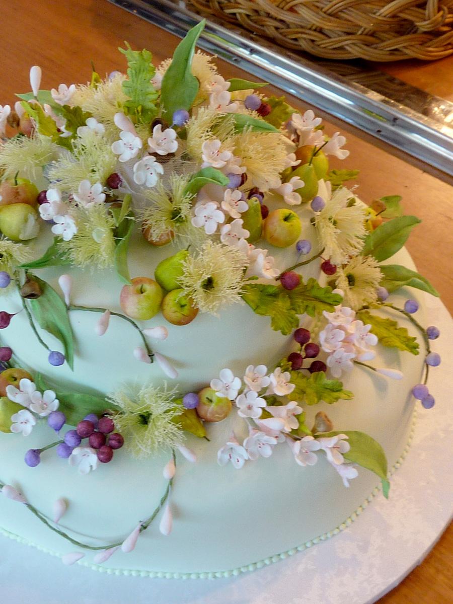 The gorgeous sugar flower wedding cake