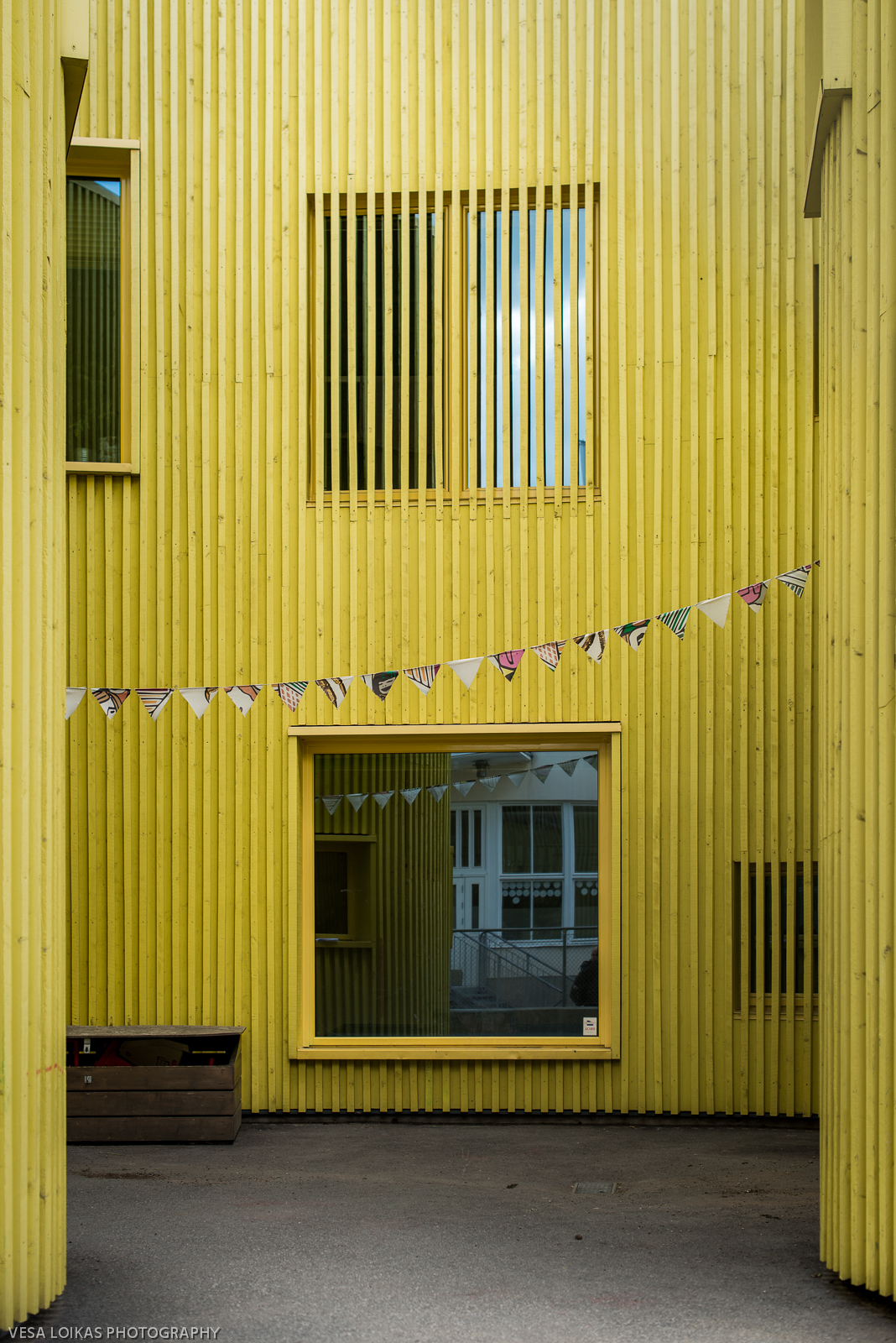 Paletten Nursery School - The facade panels are created with yellow sawn wood following the curved plan of this kindergarten located at the end of an old industrial area of Telefonplan south-west of central Stockholm.