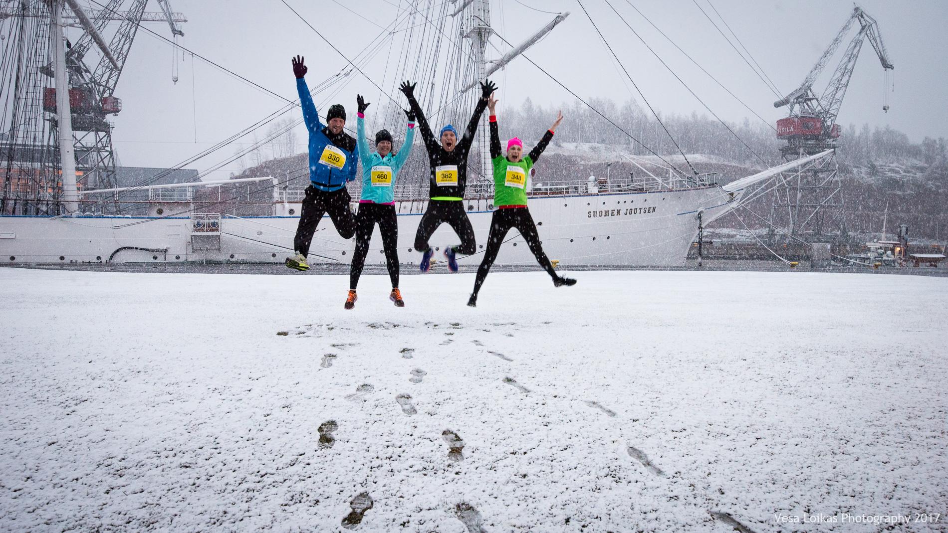 Sää oli täysin erilainen kuin viime vuonna, mutta silti juoksijoita oli  ennätysmäärä . The weather was a total opposite from last year, despite that there were a  record number  of runners.