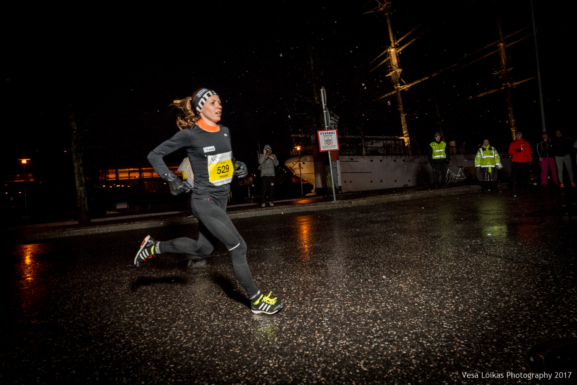 Naisten kärkijuoksija Janica Mäkelä puolessa välissä | The top women runner Janica Mäkelä after the first leg