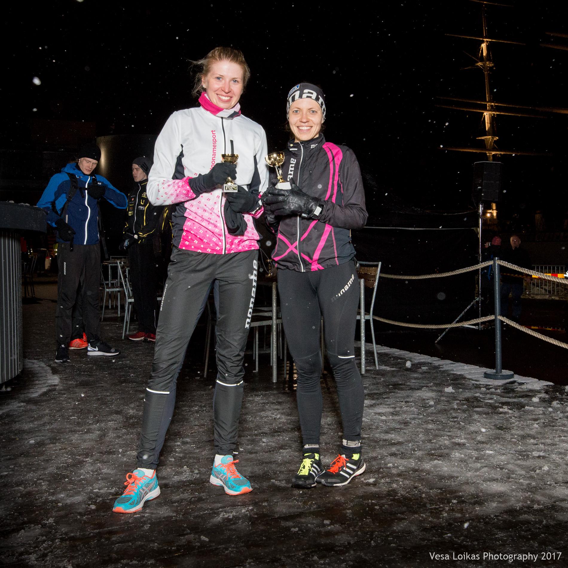 Naisten kaksi ensimmäistäJanica Mäkelä (1., oik.) ja Sara Kuivisto (2., vas.) | Top women runners 10k Sara Kuivisto (2nd, left)& Janica Mäkelä (1st, right)