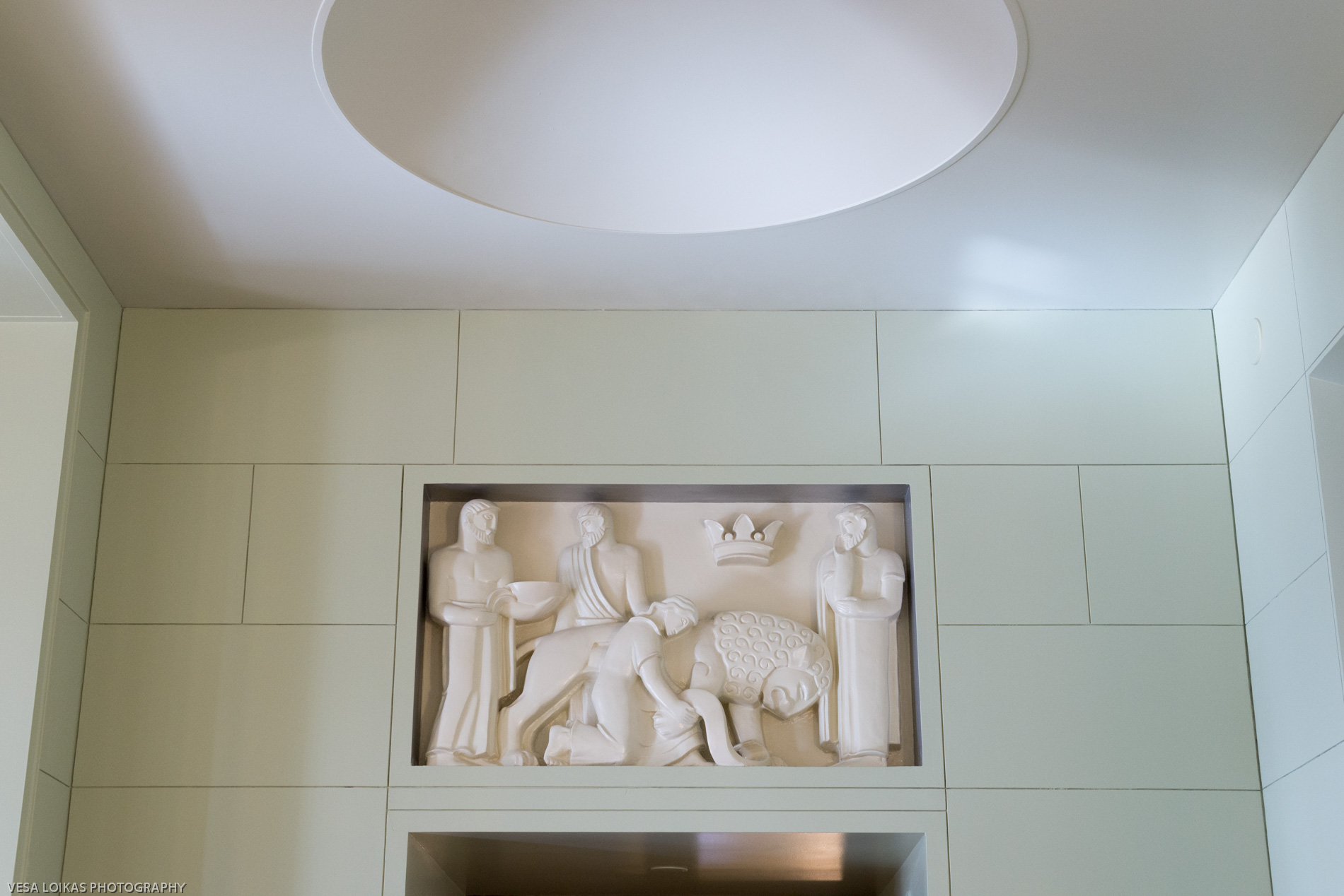 A sculpture of the «Lion of Finland Without Its Crown» on the wall of the cafeteria by Sculptor Gunnar Finne (1886–1952)