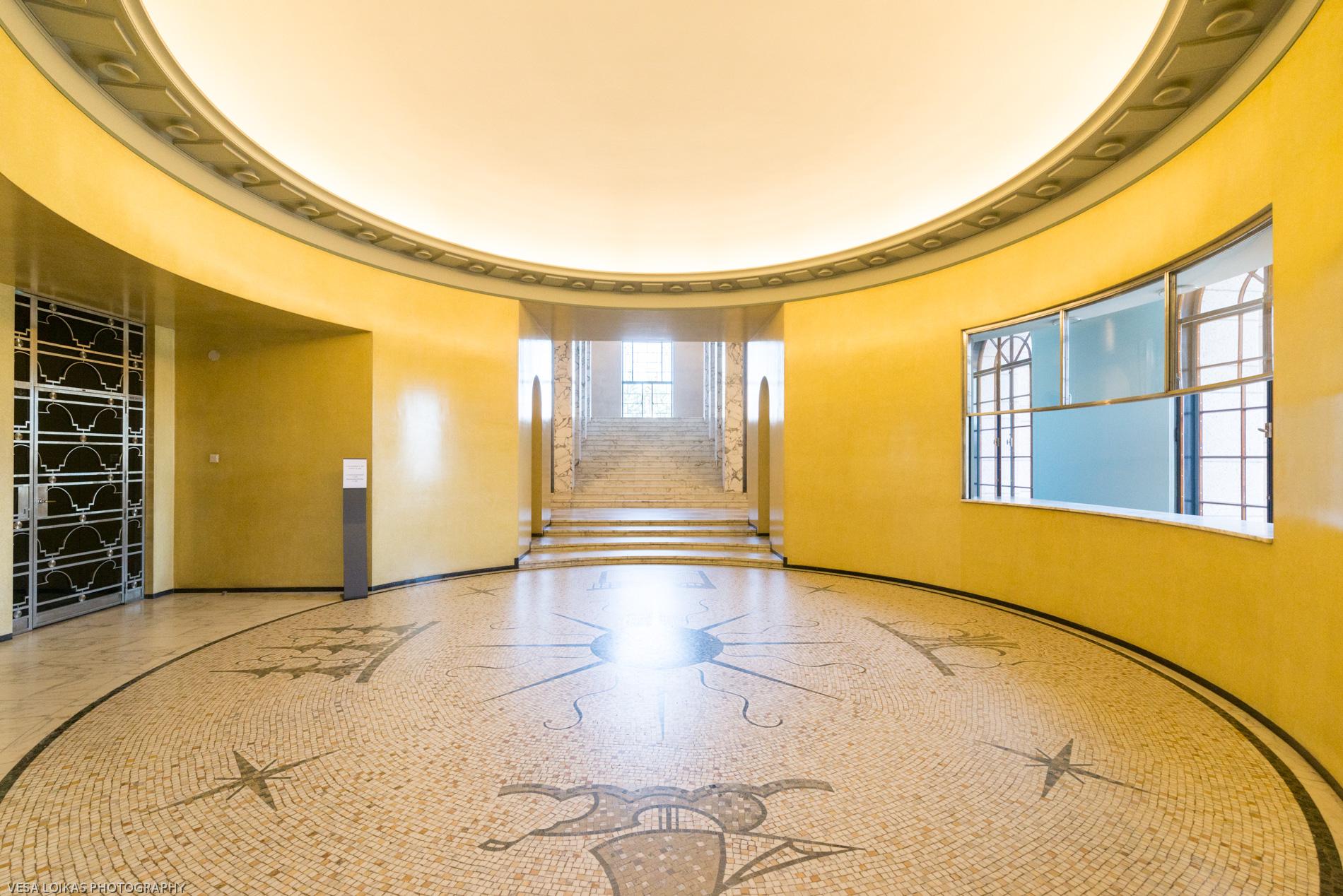 The yellow elevator lobby. Eduskuntatalon keltainen hissiaula.