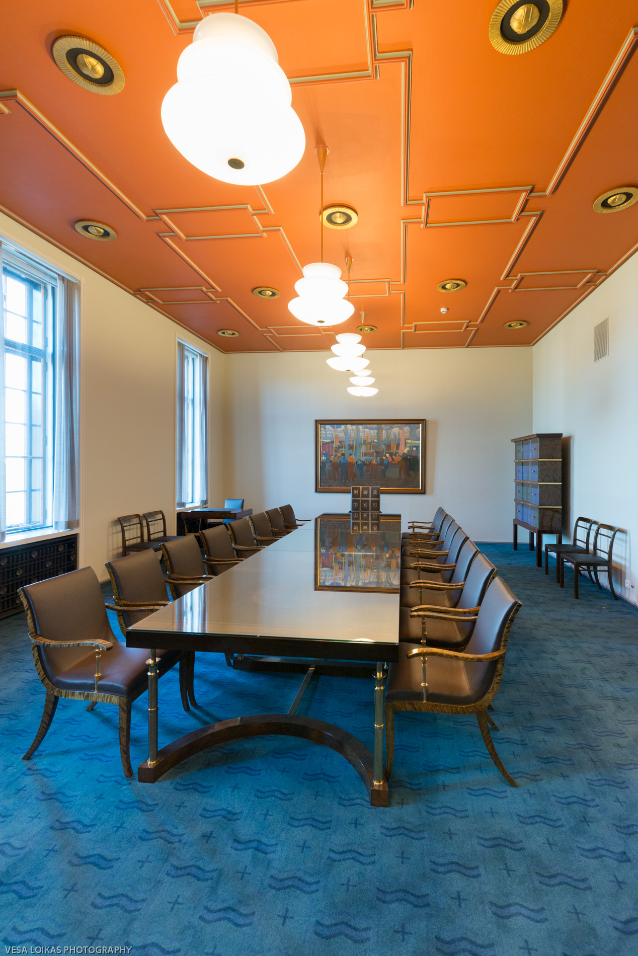 Government's Meeting Room   was designed by Arttu Brummer (1891–1951). The light fixture design were by J. S. Sirén, the ceiling decorated by Gunnar Finne and the blue carpet design by Eva Brummer (1901–2007).