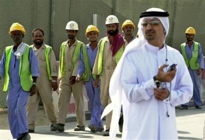Gjestearbeidere og en innførdt emirat på et anleggsområde i Dubai.
