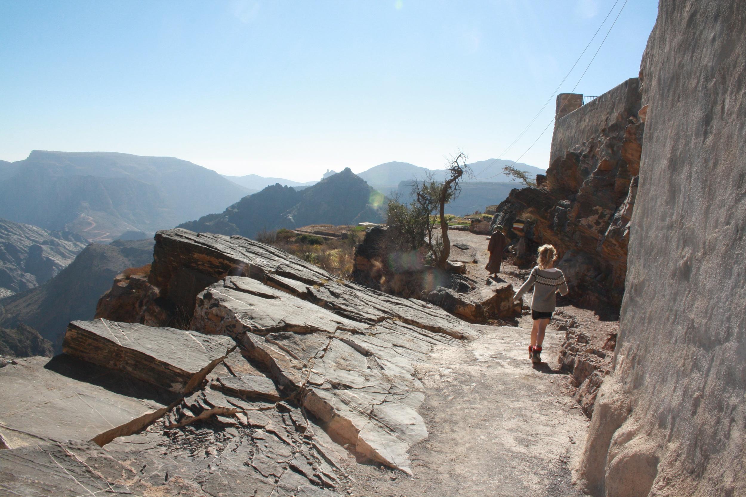 Ung og gammel på tur i fjellområdet Jebel Akhdar. Foto: Kjersti S. Macdonald Aursnes
