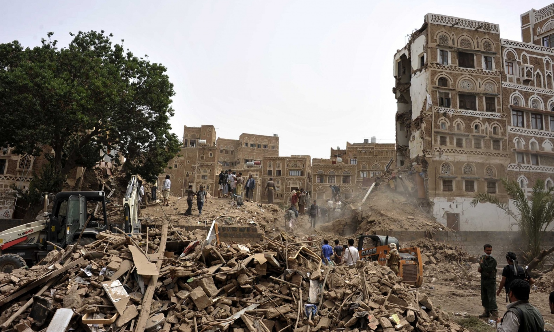 Flere av de eldste husene i Gamlebyen i Sanaa ble angivelig bombet av saudiske styrker denne uken. Gamlebyen som har bygninger som er over 1000 år gamle står på UNESCO sin verdensarvliste og mange er redd for at større deler av gamlebyen nå er i fare. Foto:Xinhua/Rex Shutterstock