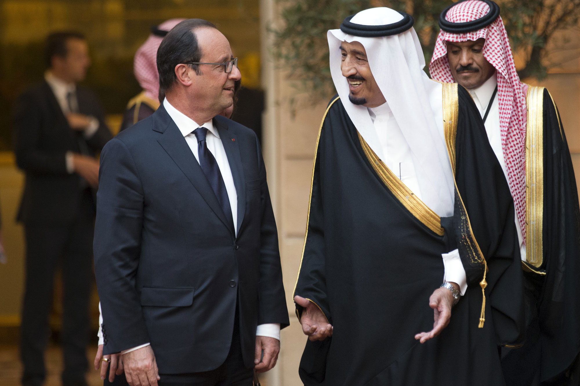 Frankrikes President François Hollande og Saudi-Arabias Kong Salman i hyggelig samtale. Foto:Philippe Wojazer / Reuters