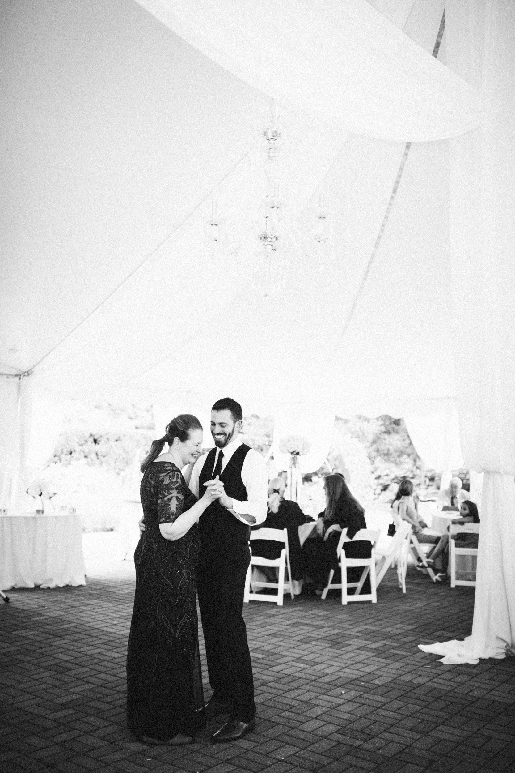 Louisville-Kentucky-Wedding-Elopement-Photographer-Sarah-Katherine-Davis-Photography-Whitehall-Classic-Timeless-Garden-Wedding-702.jpg