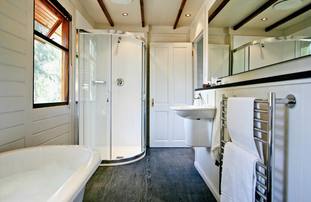 Phezulu Lodge – the master bedrooms en-suite bathroom