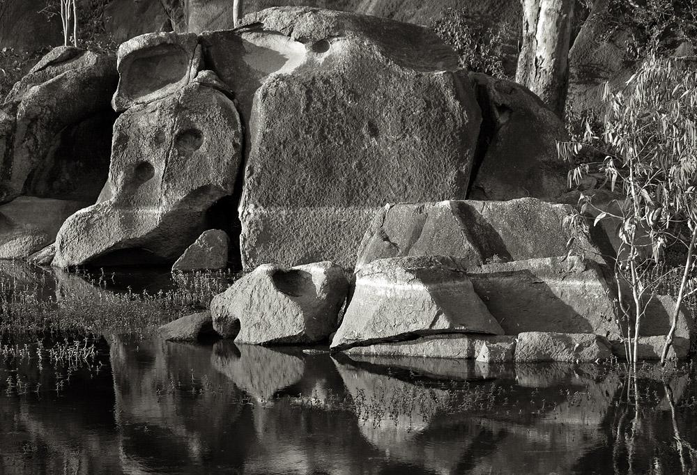 abu lake and rocks 1351.jpg