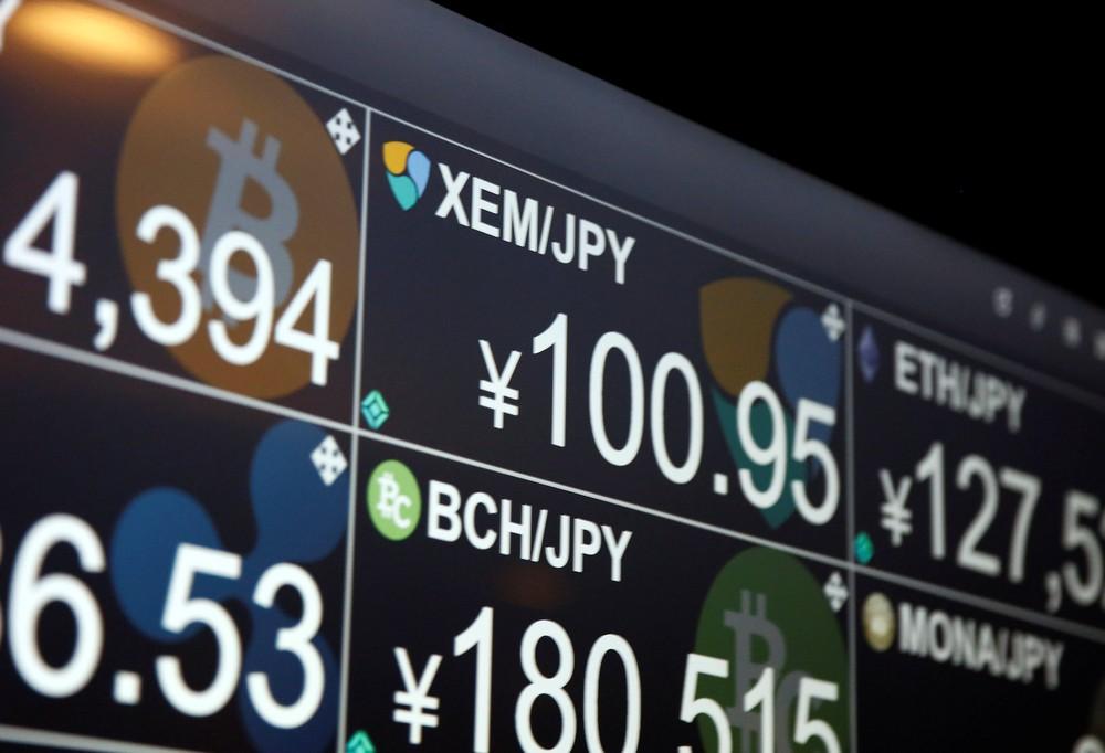 Monitor mostra a cotação de várias criptomoedas em um bar que aceita pagamento com nem, em Tóquiouio (Foto: Reuters/Kim Kyung-Hoon)
