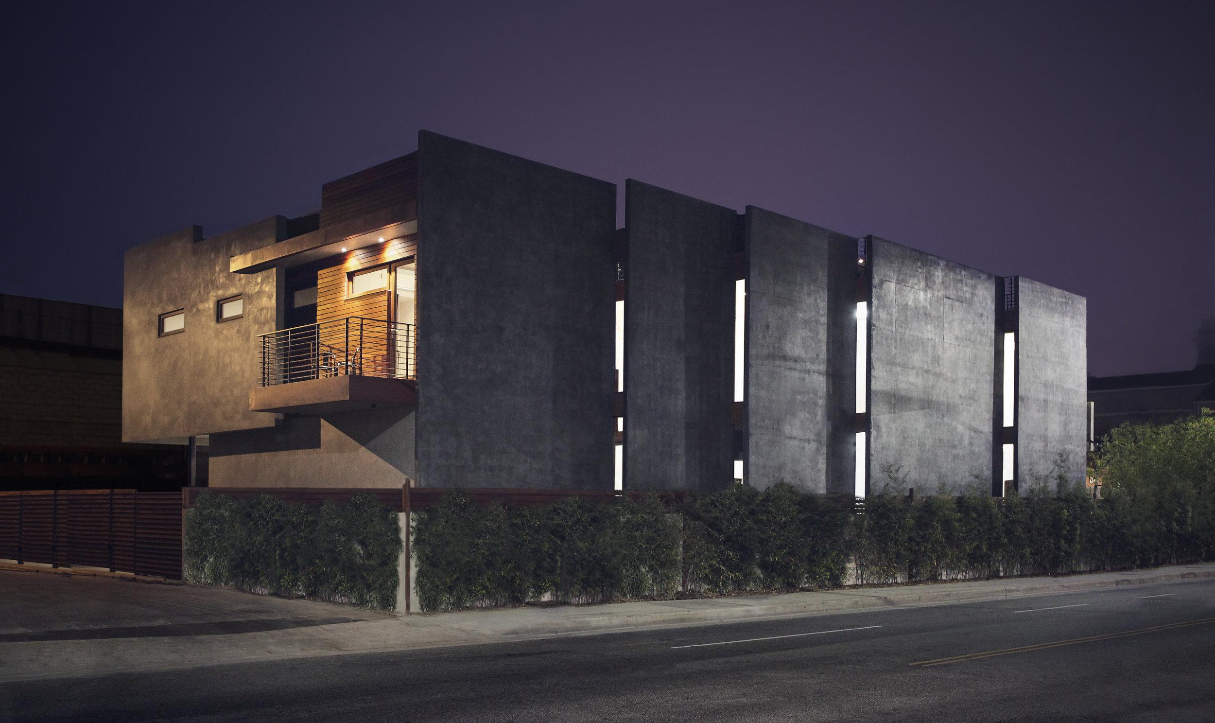 S.E.A.-Studio-Environmental-Architecture-David-Hertz-FAIA-Navy-House-Venice-Beach-California-sustainable-regenerative-restorative-green-design-tilt-up-slab-concrete-courtyard-residential-brutalism-pool-wood-detail-exterior-modern-contemporary-1.jpg
