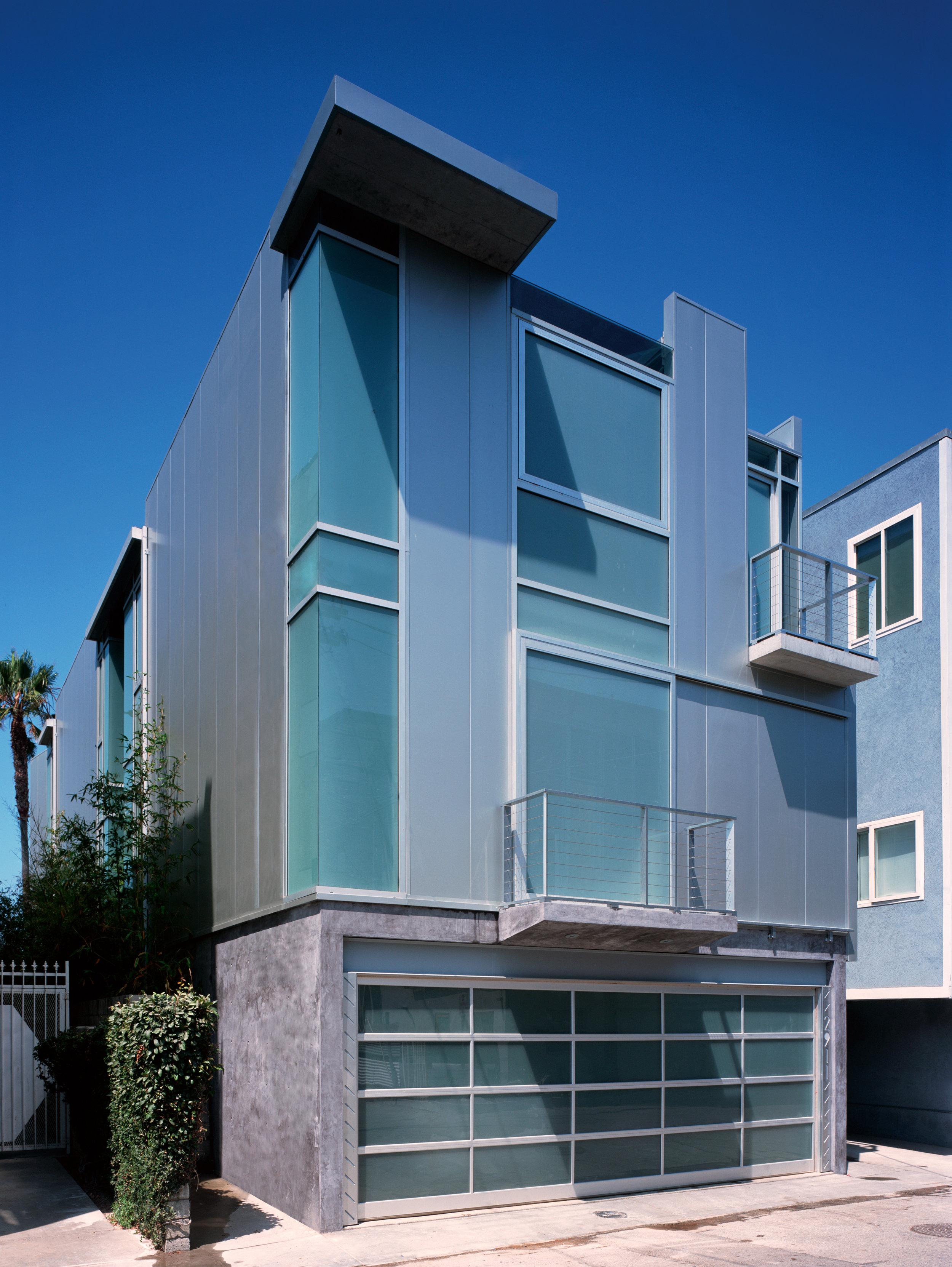S.E.A.-Studio-Environmental-Architecture-David-Hertz-FAIA-Panel-House-Venice-Beach-California-sustainable-regenerative-restorative-green-design-prefabricated-aluminum-refrigeration-open-concept-ocean-view-residential-glass-steel-sunset-exterior-2.jpg