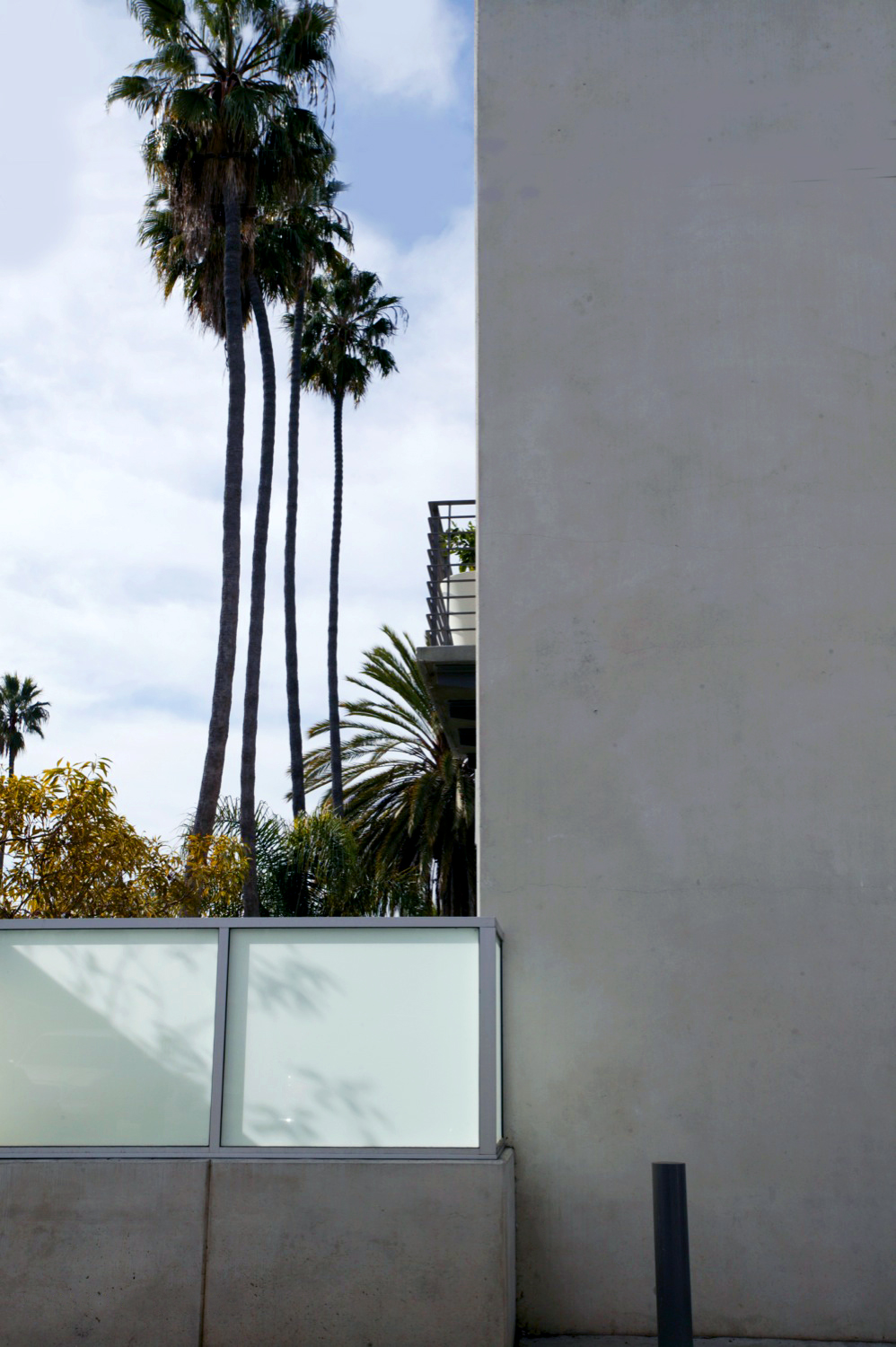 S.E.A.-Studio-Environmental-Architecture-David-Hertz-FAIA-Tilt-Up-Slab-House-Venice-Beach-California-sustainable-regenerative-restorative-green-design-prefabricated-concrete-residential-mindfulness-courtyard-passive-systems-natural-ventilation-cool-04.jpg
