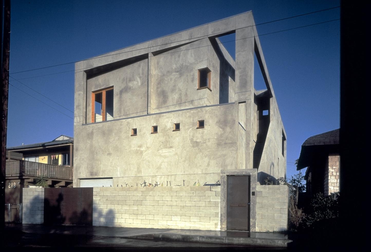 S.E.A.-Studio-Environmental-Architecture-David-Hertz-FAIA-Venable-House-Venice-Beach-sustainable-regenerative-restorative-design-residential-contemporary-modern-passive-systems-recycled-wood-concrete-green-building-canal-beachhouse-studioea-2.jpg