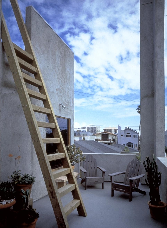 S.E.A.-Studio-Environmental-Architecture-David-Hertz-FAIA-Venable-House-Venice-Beach-sustainable-regenerative-restorative-design-residential-contemporary-modern-passive-systems-recycled-wood-concrete-green-building-canal-beachhouse-studioea-5.jpg