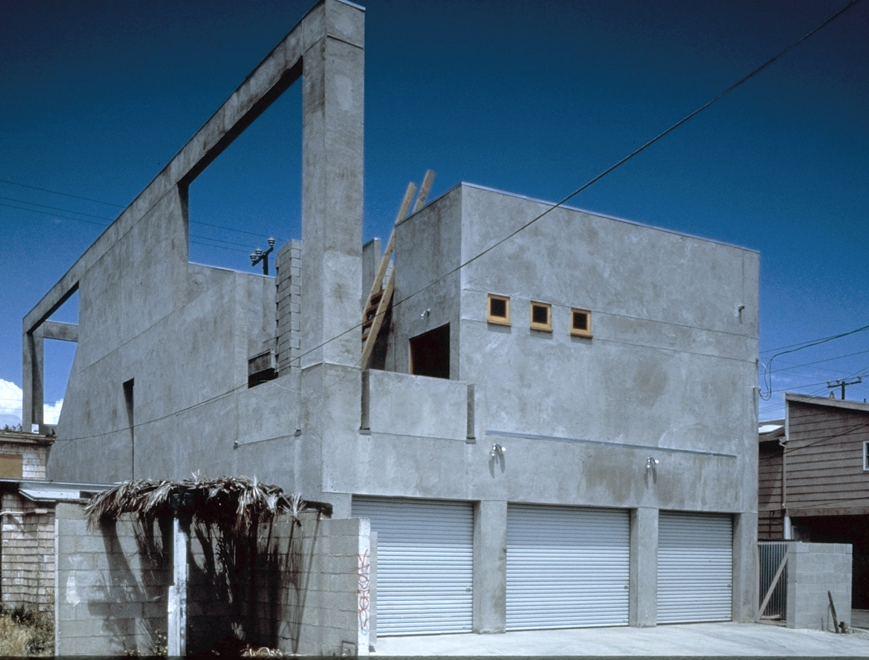 S.E.A.-Studio-Environmental-Architecture-David-Hertz-FAIA-Venable-House-Venice-Beach-sustainable-regenerative-restorative-design-residential-contemporary-modern-passive-systems-recycled-wood-concrete-green-building-canal-beachhouse-studioea-4.jpg