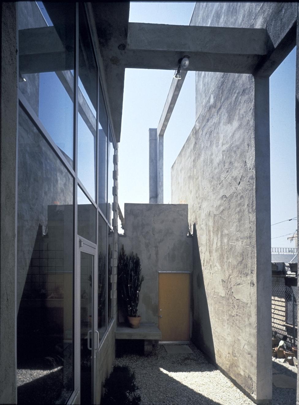 S.E.A.-Studio-Environmental-Architecture-David-Hertz-FAIA-Venable-House-Venice-Beach-sustainable-regenerative-restorative-design-residential-contemporary-modern-passive-systems-recycled-wood-concrete-green-building-canal-beachhouse-studioea-9.jpg