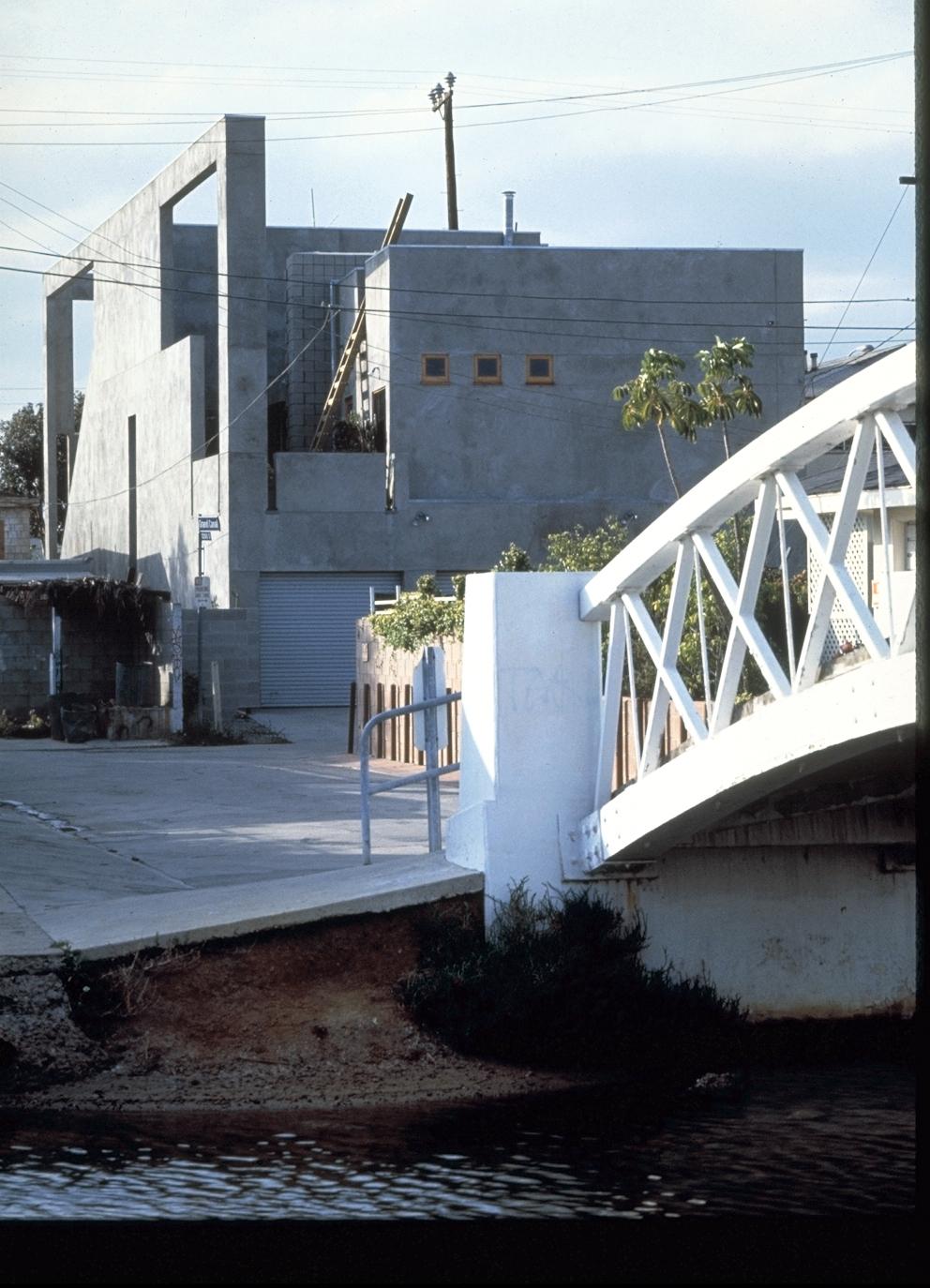 S.E.A.-Studio-Environmental-Architecture-David-Hertz-FAIA-Venable-House-Venice-Beach-sustainable-regenerative-restorative-design-residential-contemporary-modern-passive-systems-recycled-wood-concrete-green-building-canal-beachhouse-studioea-10.jpg