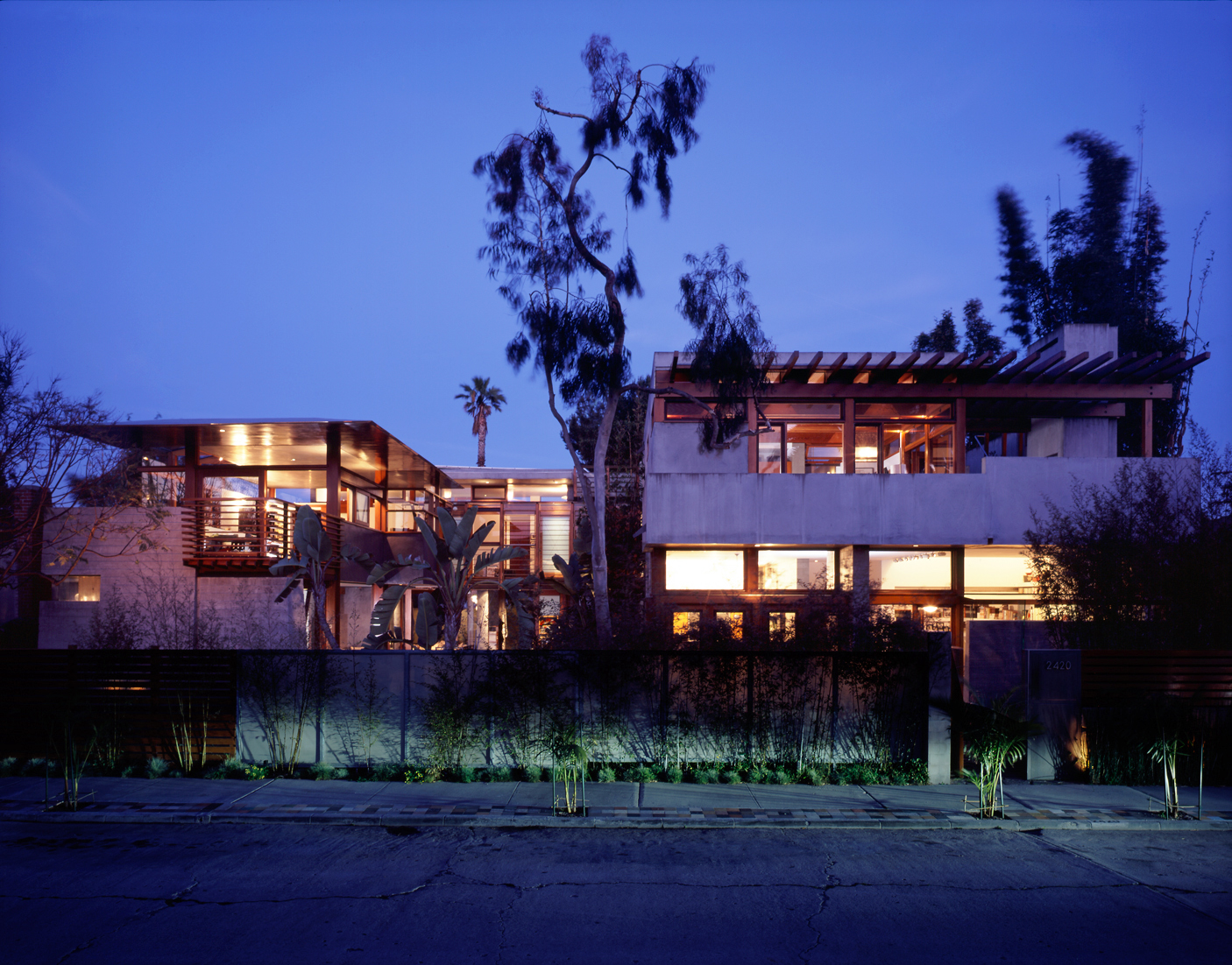 S.E.A.-Studio-Environmental-Architecture-David-Hertz-FAIA-Californication-McKinley-House-Venice-Beach-California-sustainable-regenerative-restorative-green-design-passive-systems-natural-ventilation-radiant-solar-panels-green-roof-concrete-1.jpg
