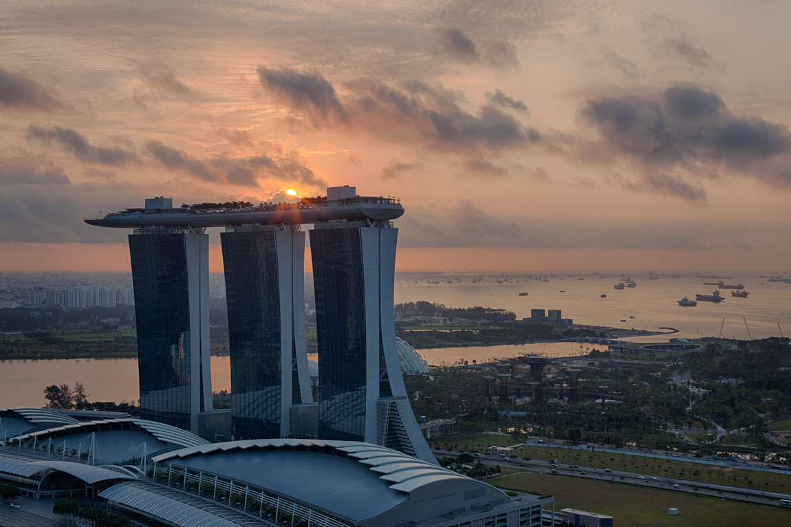 Sunrise yesterday morning happened behind theMarina Bay Sands and combined with some conveniently placed clouds to make for an enjoyable start to a Saturday morning in Marina Bay.