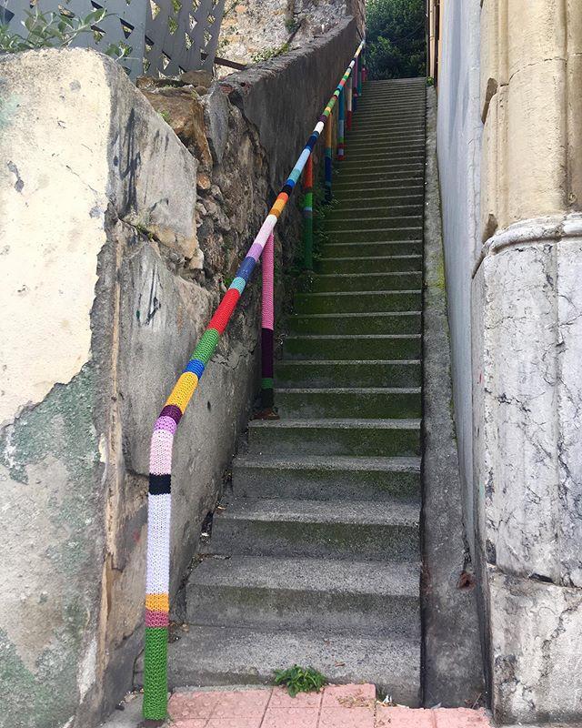 Lugares que me encantan de la calle más larga de #Bilbao... 🌸@Floris eskerrik asko por ayudarme a darle color al barrio!!😊 #LaLanaEstaEnLaCalle #trikoarte #Bilbao #urbanknitting #yarnbombing #QuieroBarrio #lana #yarnlovers