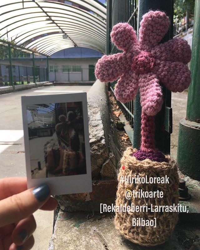 HIRIKO LOREAK/ 30  Barrio: Recaldeberri-Larraskitu Distrito 7: REKALDE. Bilbao)... #trikoarte #hirikoloreak #Errekaldeberri #Larraskitu #barrio #bilbao #bilbaobarrios #urbanknitting #yarnbombing #paseandobilbao #proyectopersonal #lalanaestaenlacalle #streetart #crochet #yarnaddict #yarnlover #bilbaocity #bilbaostreetart