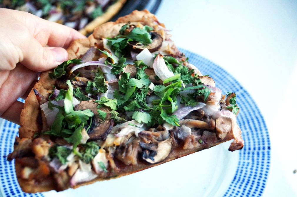This AIP pizza crust doesn't bend under pressure! // TheCuriousCoconut.com