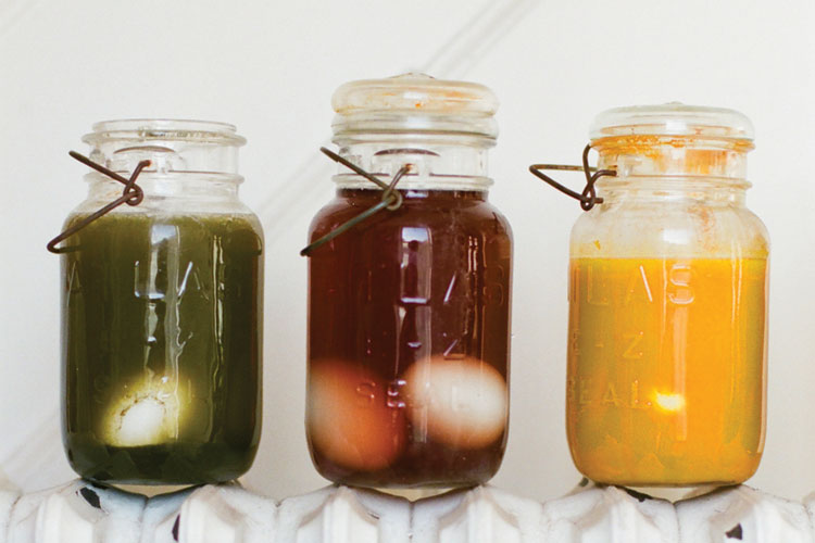 Color Easter Eggs Naturally with Foods and Spices // TheCuriousCoconut.com