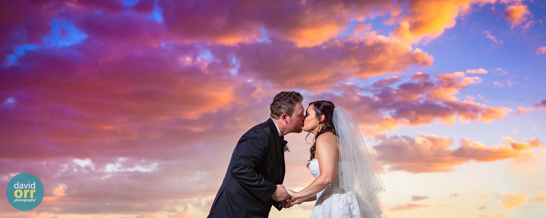davidorrphotography_foothills-golf-club-phoenix-wedding-sunset-kiss.jpg
