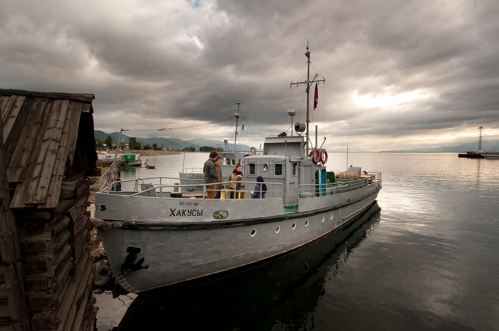 Loď, představující jediné spojení malé lázeňské osady Chakusy s okolním světem. Plavba napříč severním Bajkalem po trase dlouhé zhruba 50 km jí trvá něco přes tři hodiny.