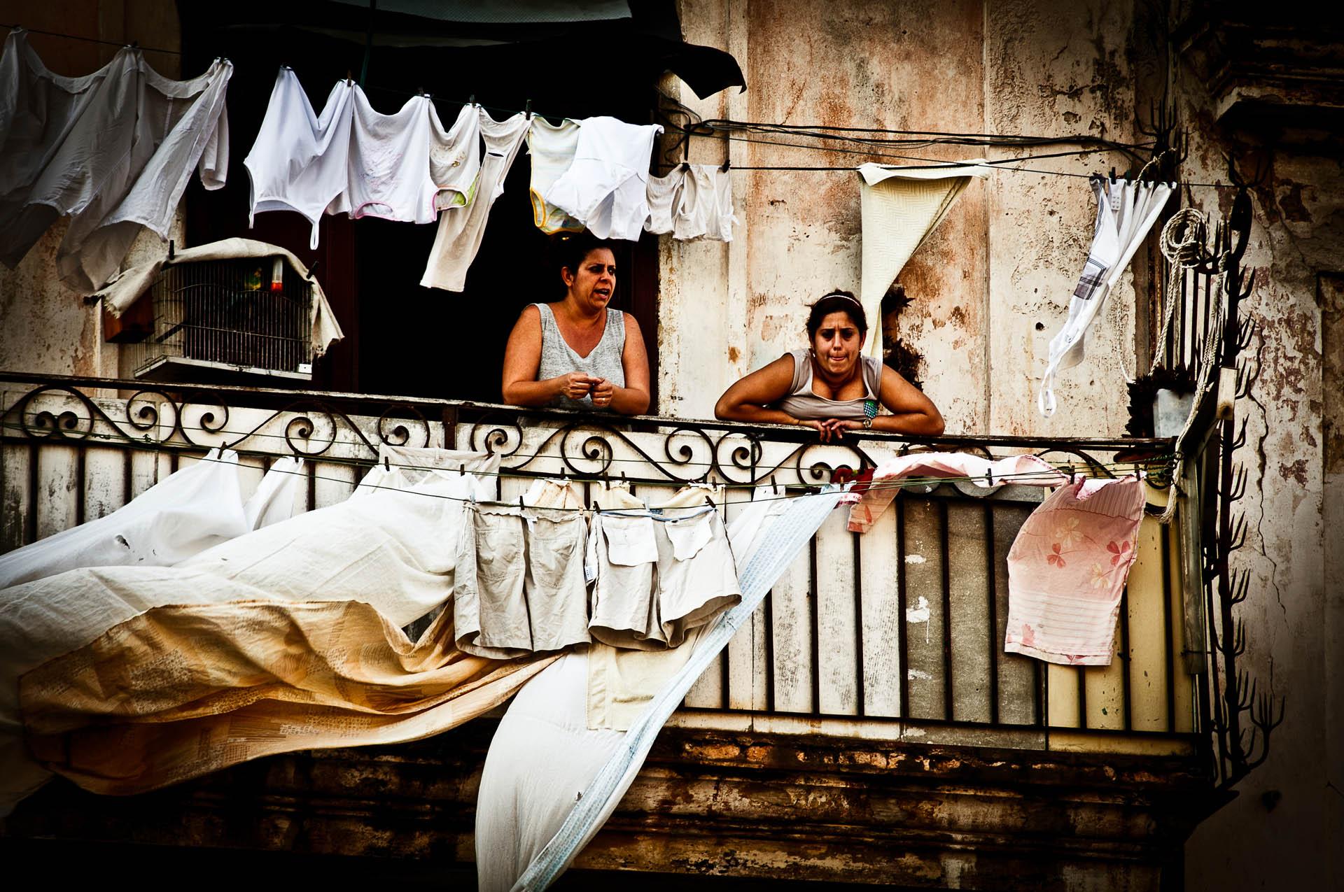 Bydlení v centru Havany nutně neznamená kdovíjaký luxus...