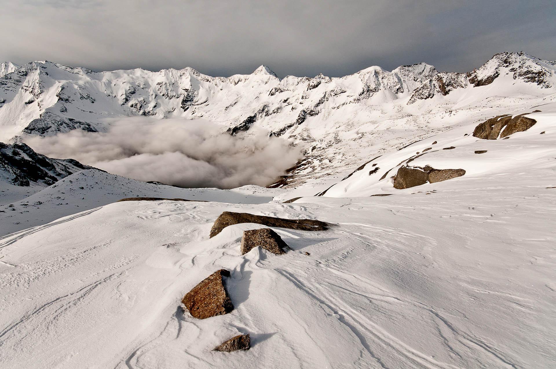 Inverze v údolí královny Hochalmspitze, kdy se mlha držela těsně nad přehradou Gößkarspeicher