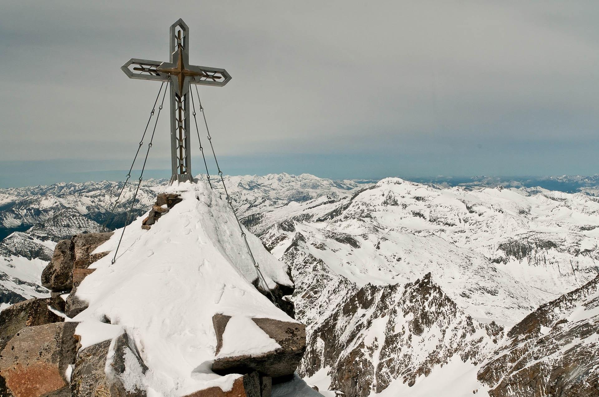 Vrchol! Kolik let nám to dalo spatřit zblízka ocelový kříž na vrcholu? V letních měsících by nás to jistě stálo výrazně méně sil