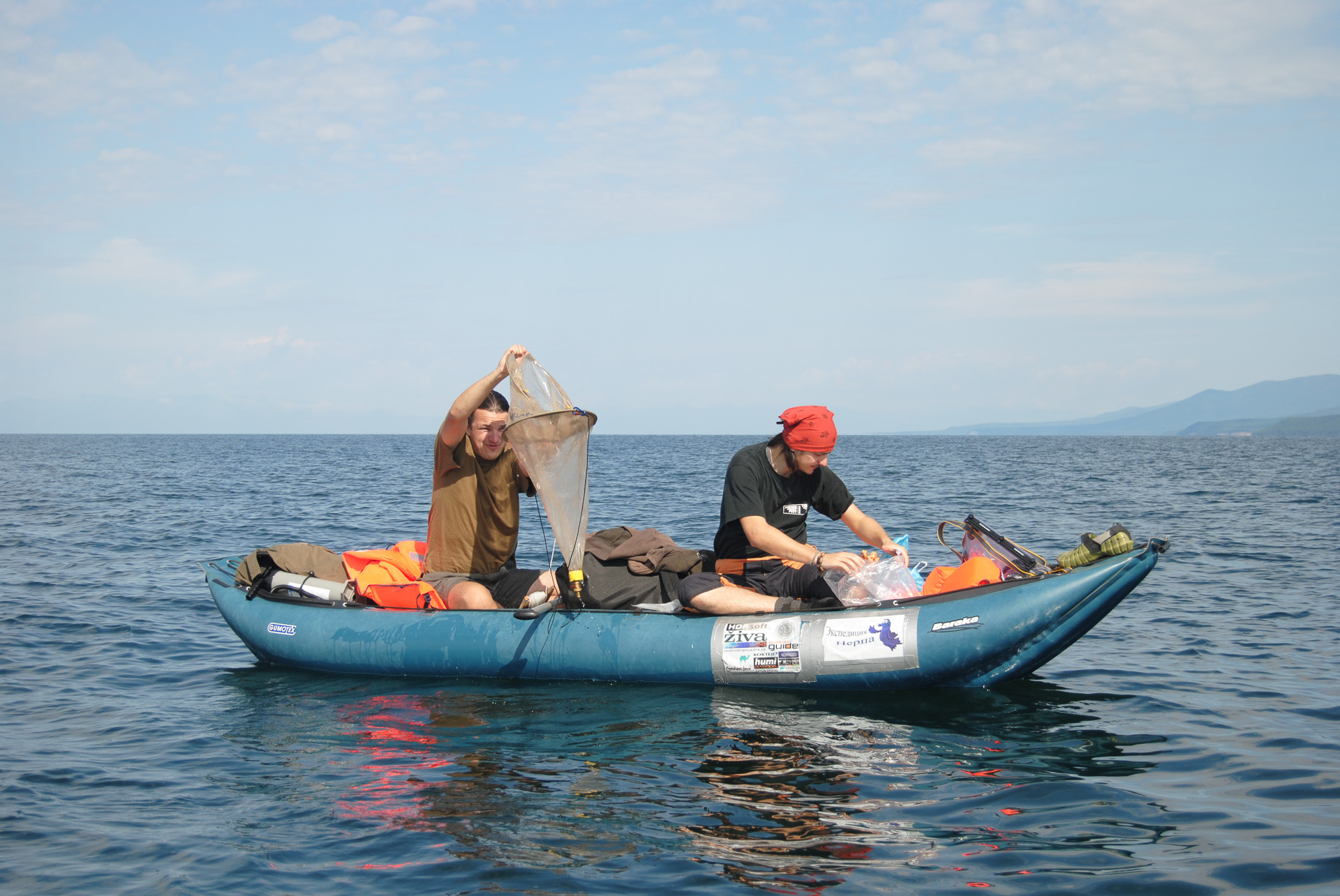 Lov života z hlubin jezera. Snímek: Lenka Orságová