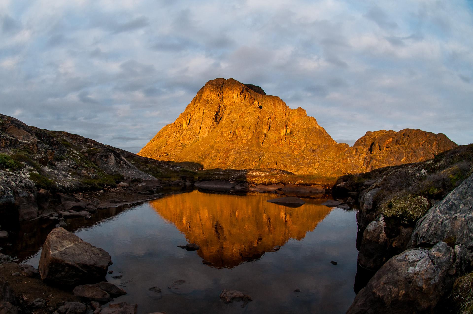 H ned první večer v divočině nás odměnil několikaminutovou světelnou show v okolí hory Nasaasaaq (784 m) u přímořského Sisimiutu.