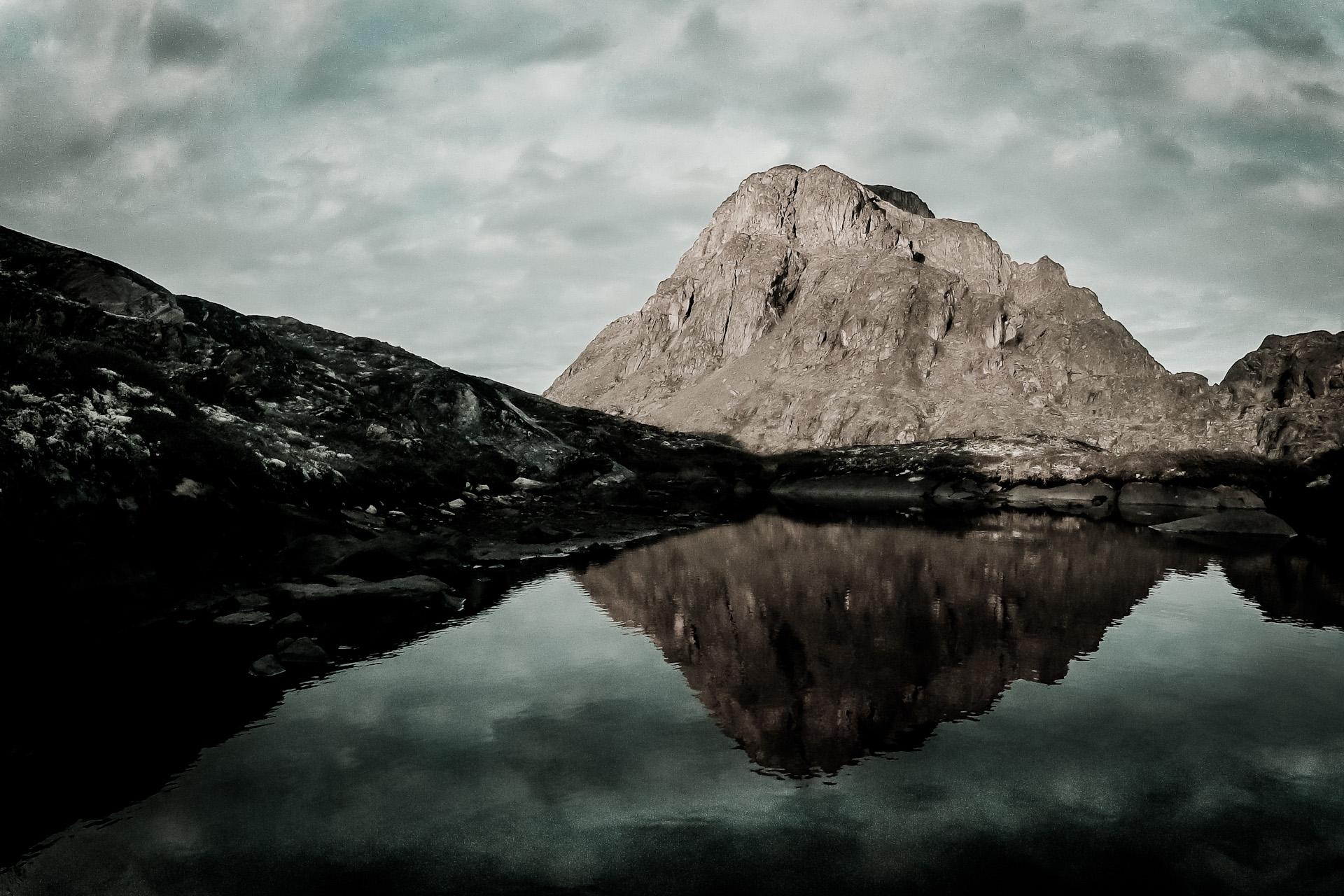 """2 4. srpna 2012, hora Nasaasaaq u města Sisimiut, Grónsko      Byl to náš první den na největším ostrově světa. Od rána bylo pod mrakem a už to vypadalo, že od ohně vstávat rozhodně nebudu. Z ničeho nic se však slunko přece jen prodralo skrz oblaka. Rychle jsem nastavil GoPro na časosběr a věnoval se mezitím fotografování. Ačkoliv z časosběru jako celku nakonec nebylo nic, jeden snímek za """"vyvolání"""" myslím stál. ISO 118, 1/100 s"""