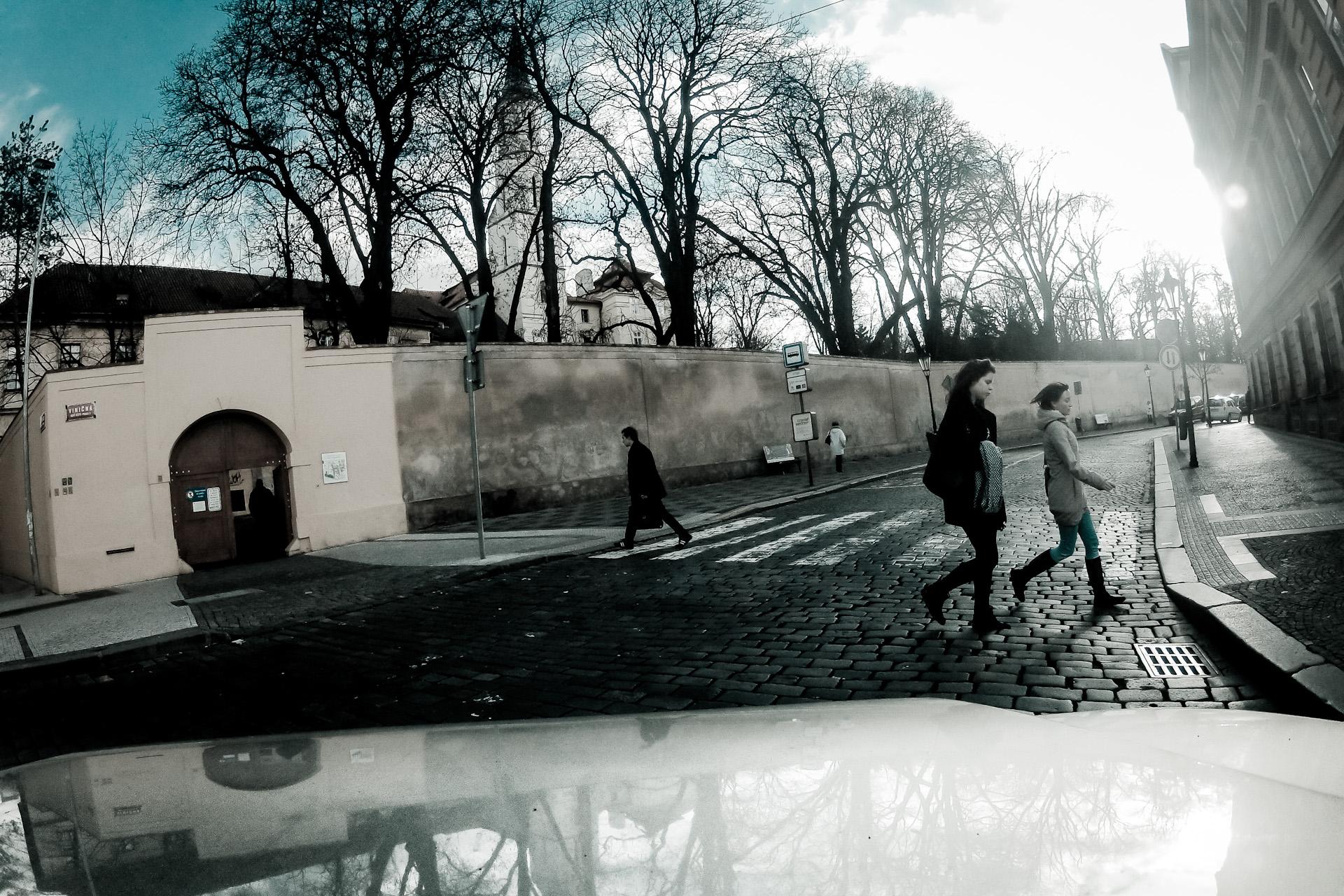 3 . ledna 2012, křižovatka Kateřinské a Viničné, Praha      Nečekaná momentka, pořízená opět během nepříliš povedeného časosběru, který jsem snímal na kapotě auta během stěhování výstavy z Karolina. Přestože fotografie vybírám já, jedná se svým způsobem o mnohem objektivnější zachycení reality, neboť nemohu ovlivnit okamžik stisku spouště… ISO 100, 1/1050 s