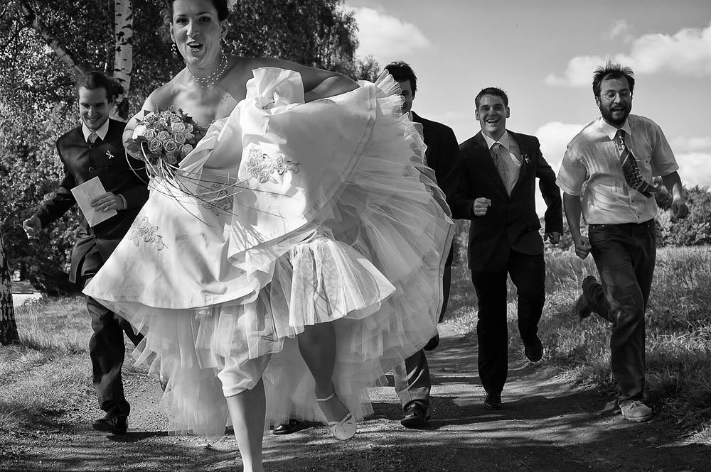 """Štěpánka & Ondra, 27. září 2008, Sněžná u Krásné Lípy  """" Štěpánko, já ti ale nemůžu fotit svatbu. Nikdy jsem na žádné nebyl, natož pak jako fotograf! """" snažil jsem se kamarádce vymluvit její hloupý nápad. """" Všechno je jednou poprvé, já ti věřím ,"""" odpověděla jedna z bytostí, které ovlivnily můj další osud. Měsíc po svatbě jsme spolu odjeli pracovně do Mexika, kde mě Štěpánka přesvědčila, abych vedl fotografický workshop, přestože jsem urputně odmítal. Od té doby kurzy vedu moc, moc rád… TECHNIKA : Nikon D70, Nikon 28−80 mm f/3,3−5,6G AF Zoom (@28), 1/2000 s, f/3,3, ISO 200"""